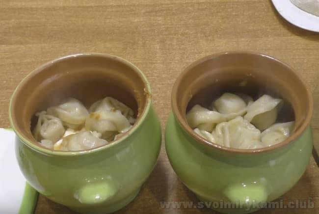 Если вы будете готовить пельмени в горшочках в духовке с сыром, то не закрывайте их крышками, чтобы сыр подрумянился.