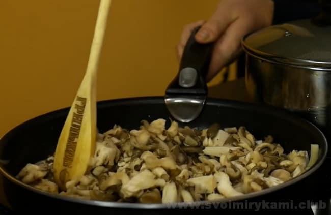 Пельмени в горшочках получатся очень вкусными в духовке с сыром.