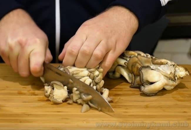 Для приготовления пельменей с грибами в горшочках подойдут любые грибы.