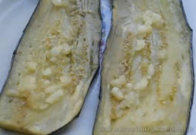 Перец, фаршированный баклажанами с чесноком на зиму станет отличной закуской.