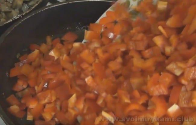 В начинку для болгарского перца, фаршированного овощами на зиму, по рецепту можно добавить и мелко нарезанный перец.