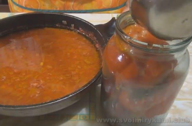 Перец, фаршированный баклажанами на зиму по нашему рецепту, заливаем томатной заливкой.