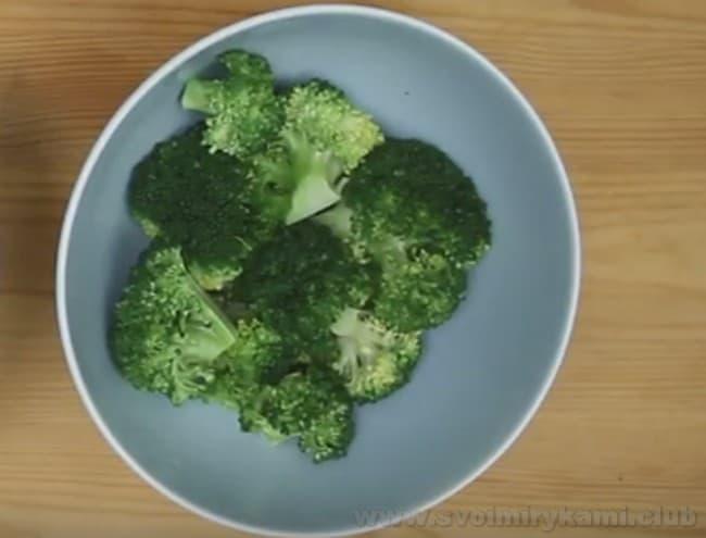 По этому быстрому рецепту мы приготовим перец, фаршированный овощами с капустой брокколи.