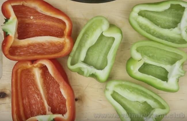 Такой перец, фаршированный овощами, запеченный в духовке - отменный рецепт для вегетарианцев.