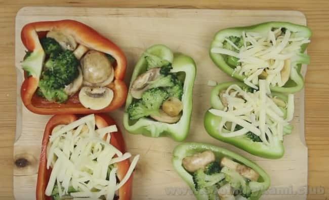 Перец, фаршированный овощами, запеченный в духовке по такому рецепту, можно сделать с сырной корочкой.