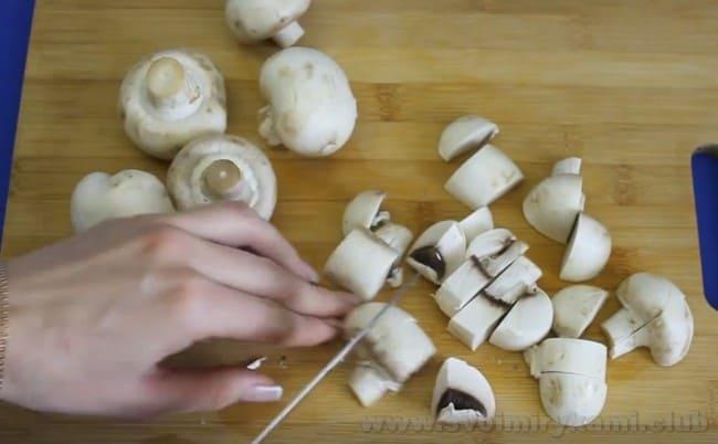Для приготовления перловой каши с грибами в мультиварке отлично подойдут обыкновенные шампиньоны.