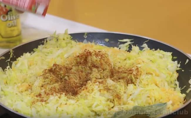 начинка для капустного пирога из слоеного теста у нас готова.