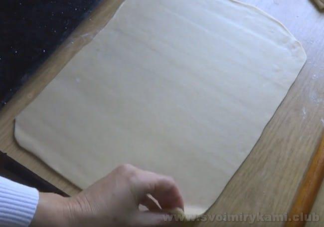 Готовя пирог с капустой из слоеного бездрожжевого теста, важно тонок раскатывать пласты теста.