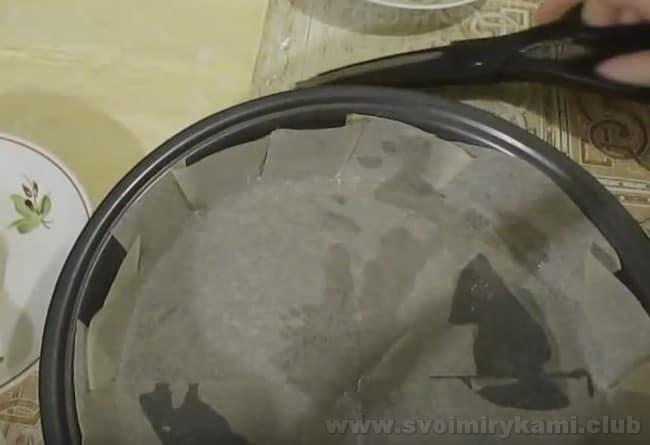 Пирог с капустой из готового слоеного теста будем печь на противне, застеленном пекарской бумагой.