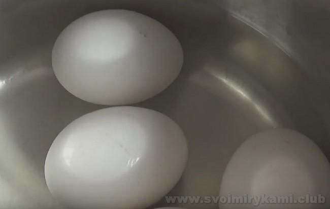 В начинку для слоеного пирога с капустой добавим вареные яйца.