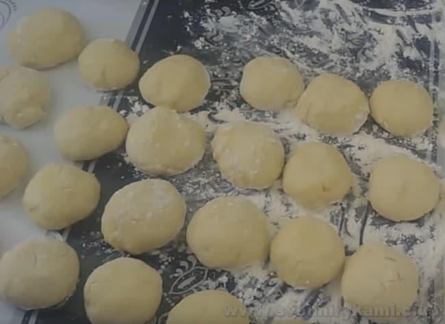 Вот такие заготовки для наших пирожков с повидлом из дрожжевого теста.