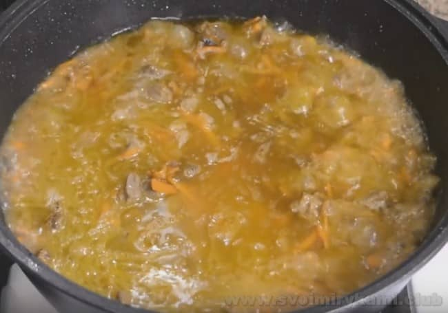 При приготовлении плова из баранины в домашних условиях важно правильно соблюсти пропорции воды и риса.