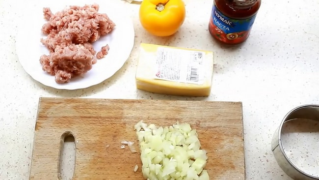 Для приготовления лазаньи из лаваша с фаршем, нарежьте лук.
