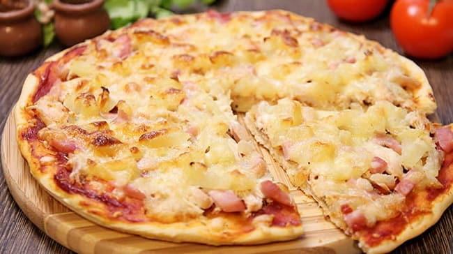 Вкуснейшая гавайская пицца готова!