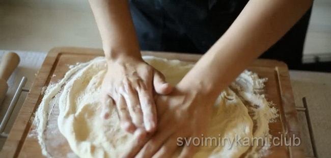 Раскатайте тесто для приготовления гавайской пиццы.