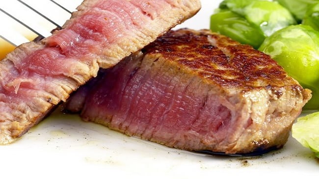 У бифштекса из говядины три степени обжарки: полу- прожаренный, прожаренный, с кровью.
