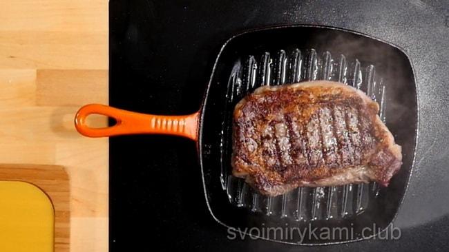 Обжариваем бифштекс из говядины с обеих сторон, степень обжарки выбираете по желанию.