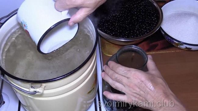 Вкуснейший рецепт компота из черной смородины с апельсином, который обязательно понравится вашим родным.