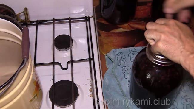 Смотрите как готовится компот из черной смородины, простой и доступный рецепт