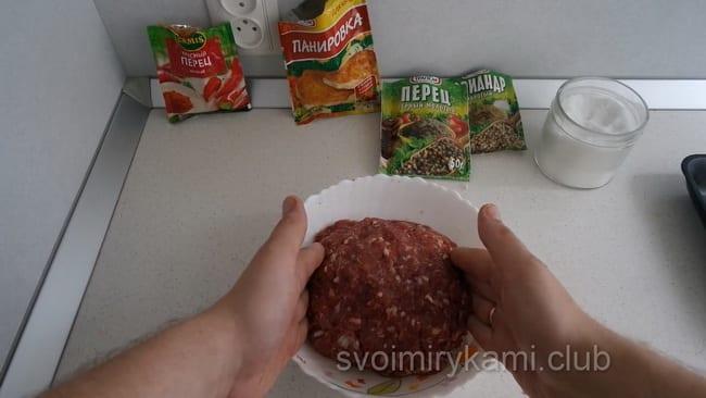 Перед тем как обжарить фарш для люля кебаб на мангале, хорошо его отбейте.