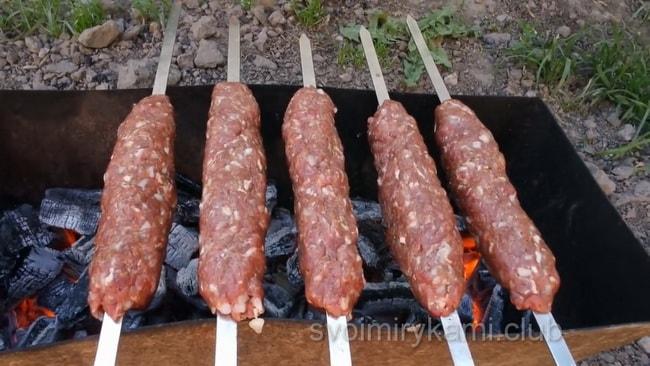 Обжариваем люля кебаб на мангале, как указано в рецепте.