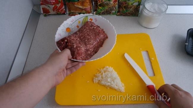 Для приготовления люля кебаб в домашних условиях приготовьте фарш и обжарьте на мангале.