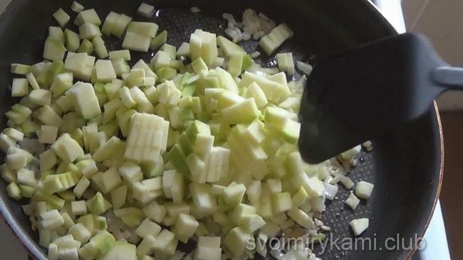 Для приготовления кабачкового омлета в духовке, обжарьте кабачки на сковороде.