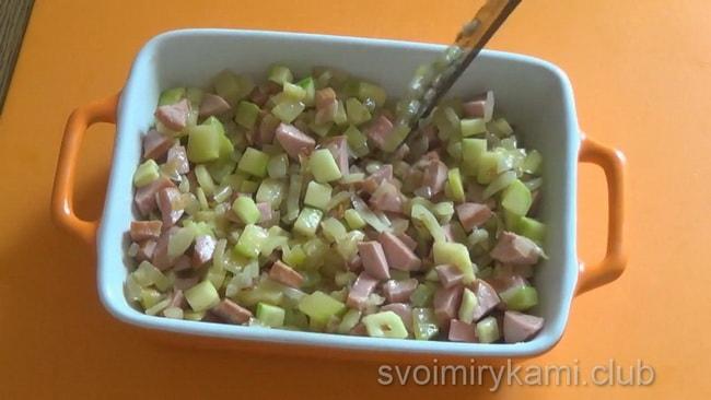 Для приготовления омлета с кабачками высыпьте начинку в протвинь.