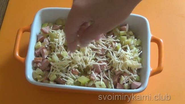 Засыпьте кабачковый омлет сыром и залейте яйцами.