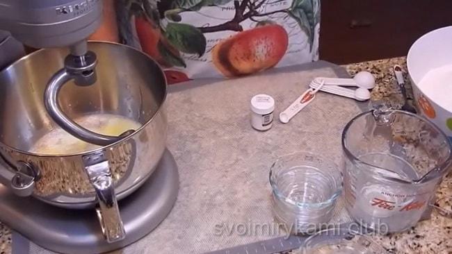 Приготовьте пирожки из слоеного теста с яблоками кушайте с чаем или молоком.