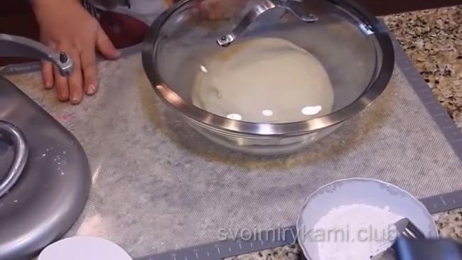 Приготовьте слоеные пирожки с яблоками и угостите родных.