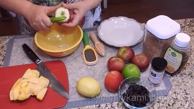 Приготовьте пирожки с яблоками из дрожжевого теста и угостите родных.