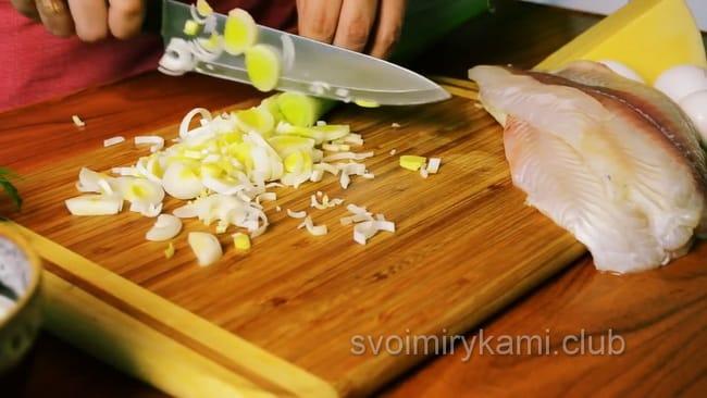 для приготовления запеканки с рыбой и картошкой в духовке, нарежьте лук для заливки.