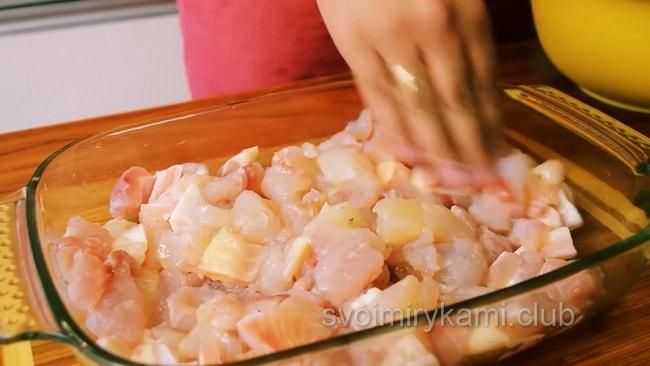 Начните формировать рыбную запеканку. сначала выложите рыбу