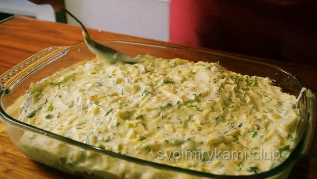 Залейте рыбную запеканку заливкой и поставьте в духовку для запекания.