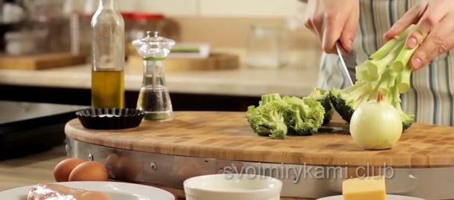 Для приготовления запеканки нарежьте брокколи и цветную капусту.