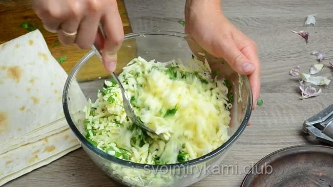 Зелень и сыр перемешайте для приготовления рулетов с лавашом.