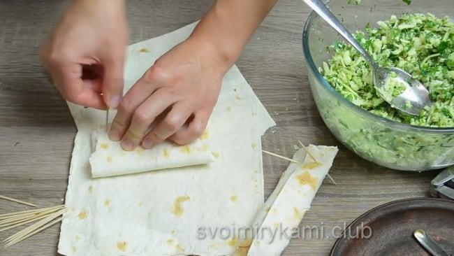 Готовый рулет с лавашом и сыром обжарьте на сковородке.
