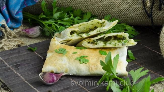 вкуснейший лаваш с сыром и зеленью готов, приятного аппетита!