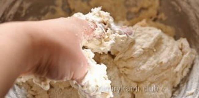 Для приготовления лаваша замесите тесто, для начинки используйте грибы и сыр.