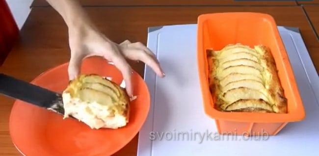 творожная запеканка с яблоками готова, зовите к столу.