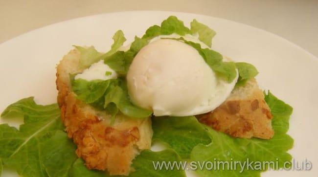 Яйцо пашот в пищевой пленке готово к подаче на стол