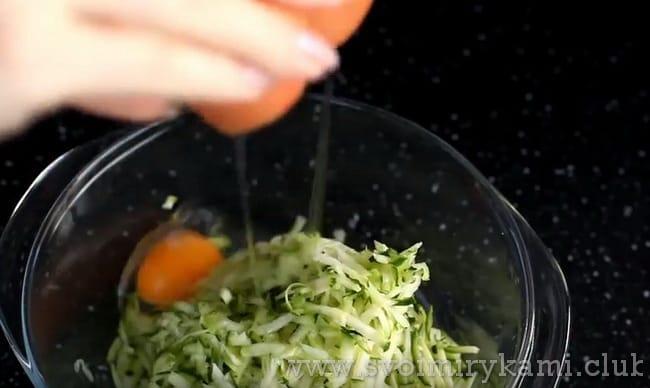 добавляем яйцо, специи и соль