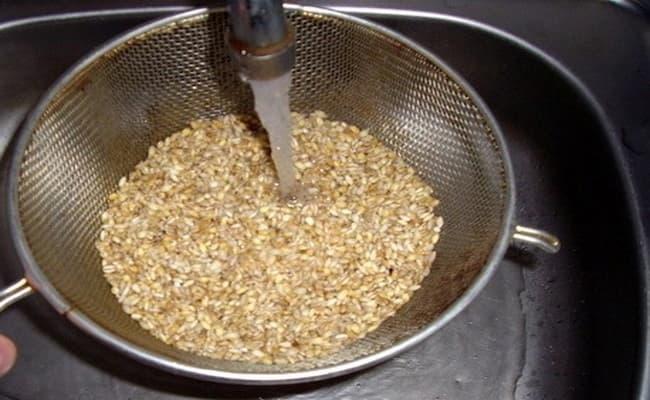 Перловую крупу нужно промыть несколько раз, после его высушить ее.