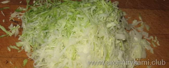 Что бы приготовить овощное рагу с курицей нужно: мелко нашинковать капусту и немного отжать, чтобы она стала мягче