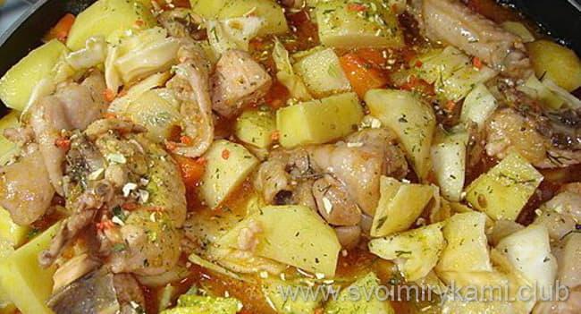 Что бы приготовить овощное рагу с курицей нужно потушить около пол часа