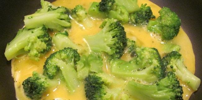 Омлет на молоке с брокколи практически готов.