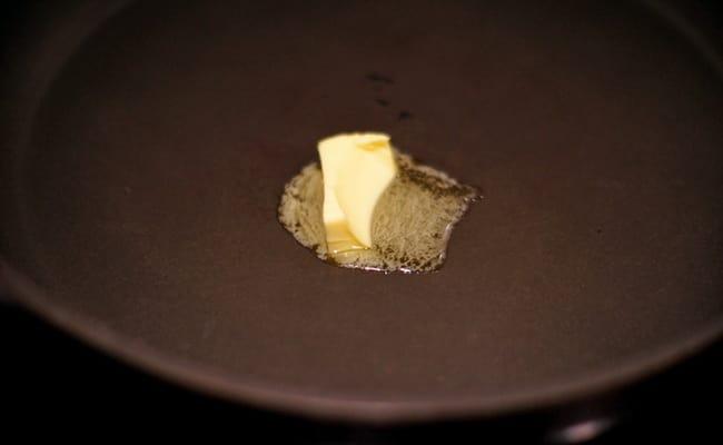 На сковороде надо растопить сливочное масло.
