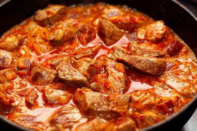 Приготовьте бефстроганов из свинины с томатной подливой, порадуйте родных.
