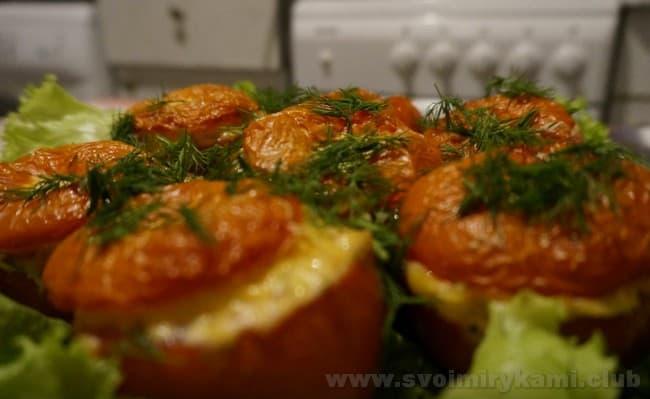 Под конец приготовления посыпаем фаршированные помидоры с фаршем духовке сыром, чтобы приготовить идеальное блюдо по простому рецепту.